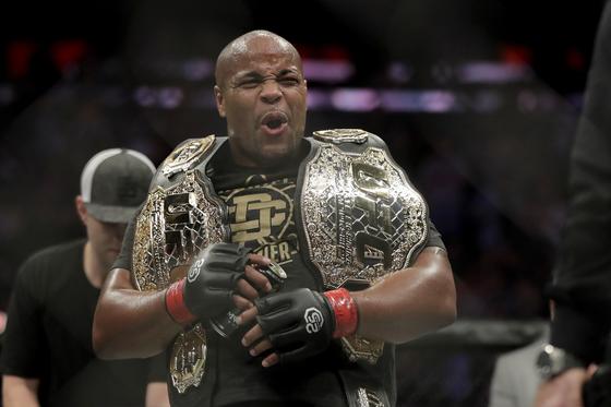 다이엘 코미어가 UFC 헤비급 1차 방어에 성공한 뒤 포효하고 있다. [AP=연합뉴스]