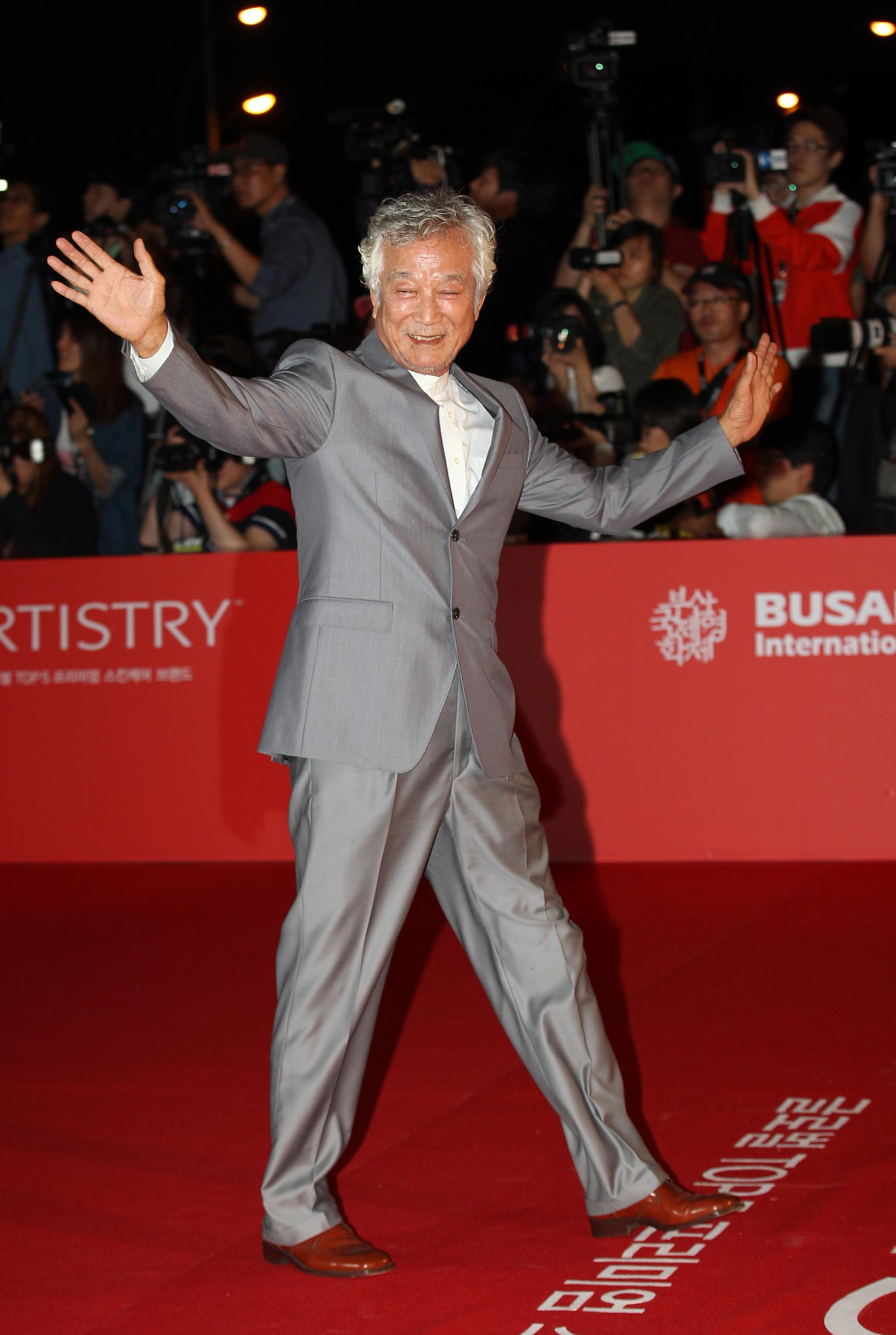 2013년 10월 3일 부산국제 영화제 개막식 레드카펫이 진행된 부산 영화의전당에서 신성일이 화려한 포즈를 취하고 있다.양광삼 기자