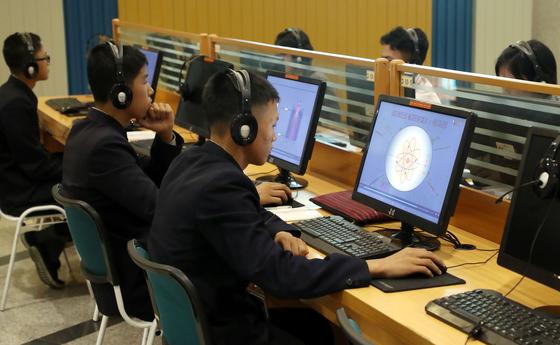 지난달 4일 오후 평양 과학기술전당에서 학생들이 컴퓨터를 활용한 학습활동을 하고 있다. [사진= 공동취재단]