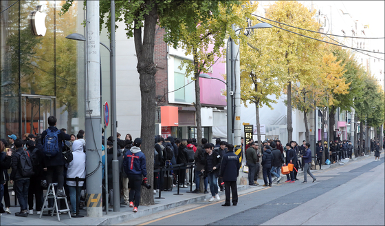 애플 신제품 아이폰 Xs·Xs 맥스·아이폰 XR 등이 정식 출시된 지난 2일 오전 서울 강남구 신사동 애플 가로수길 매장 앞에서 구매자들이 줄지어 서 있다. [뉴스1]