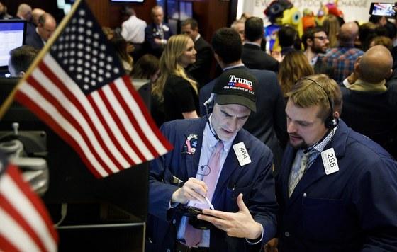 월가는 도널드 트럼프 대통령의 추가 감세를 기대하고 있다. 사진은 지난해 11월 뉴욕증권거래소의 장내 트레이더가 트럼프 모자를 쓰고 동료와 이야기하는 모습. [EPA=연합뉴스]
