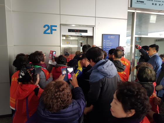 5일 오전 신 노량진수산시장 수협 사무실로 가는 엘리베이터를 타려는 구시장 상인들과 수협 직원들 간에 실랑이가 벌어졌다. 조한대 기자
