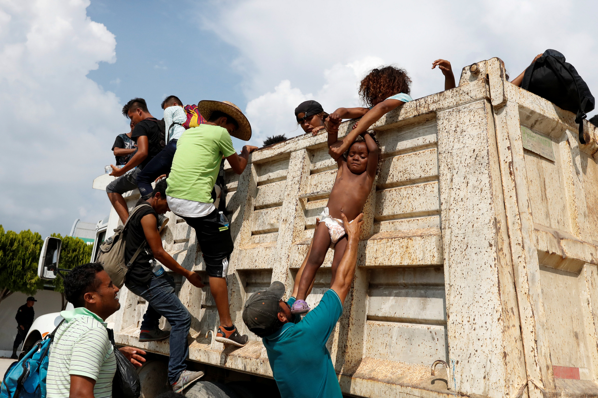 이민자들이 4일(현지시간) 멕시코 아리아가에 도착해 타고 온 트럭에서 내리고 있다.[로이터=연합뉴스]