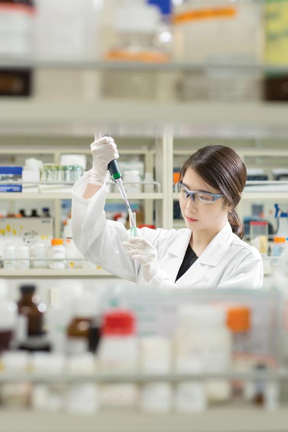 유한양행 개발실에서 한 연구원이 약품 개발에 진행하고 있다. [사진 유한양행]