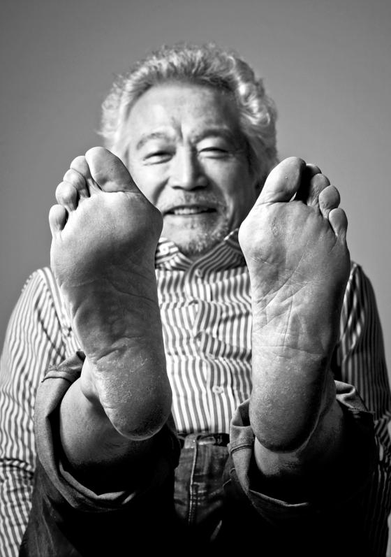 2011년 영화배우 신성일씨가 그의 대표작 '맨발의 청춘'을 생각하며 맨발을 내밀고 있다. [중앙포토]