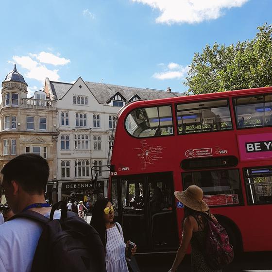 2층 버스가 다니는 옥스퍼드 시내의 모습.