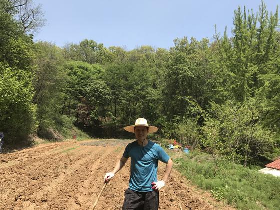 지인의 밭에다 여러 약초를 심어 직접 약초 농사를 지어봤다. 초보 농사꾼이다 보니 무모하게 도전하는 바람에 환자가 없는 틈을 타 스스로 침을 놓고 물리치료를 받으며 끙끙대야 했다. [사진 박용환]