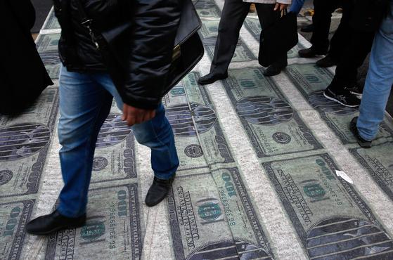 달러 모양의 현수막을 밟고 있는 이란 시위대 [EPA=연합뉴스]