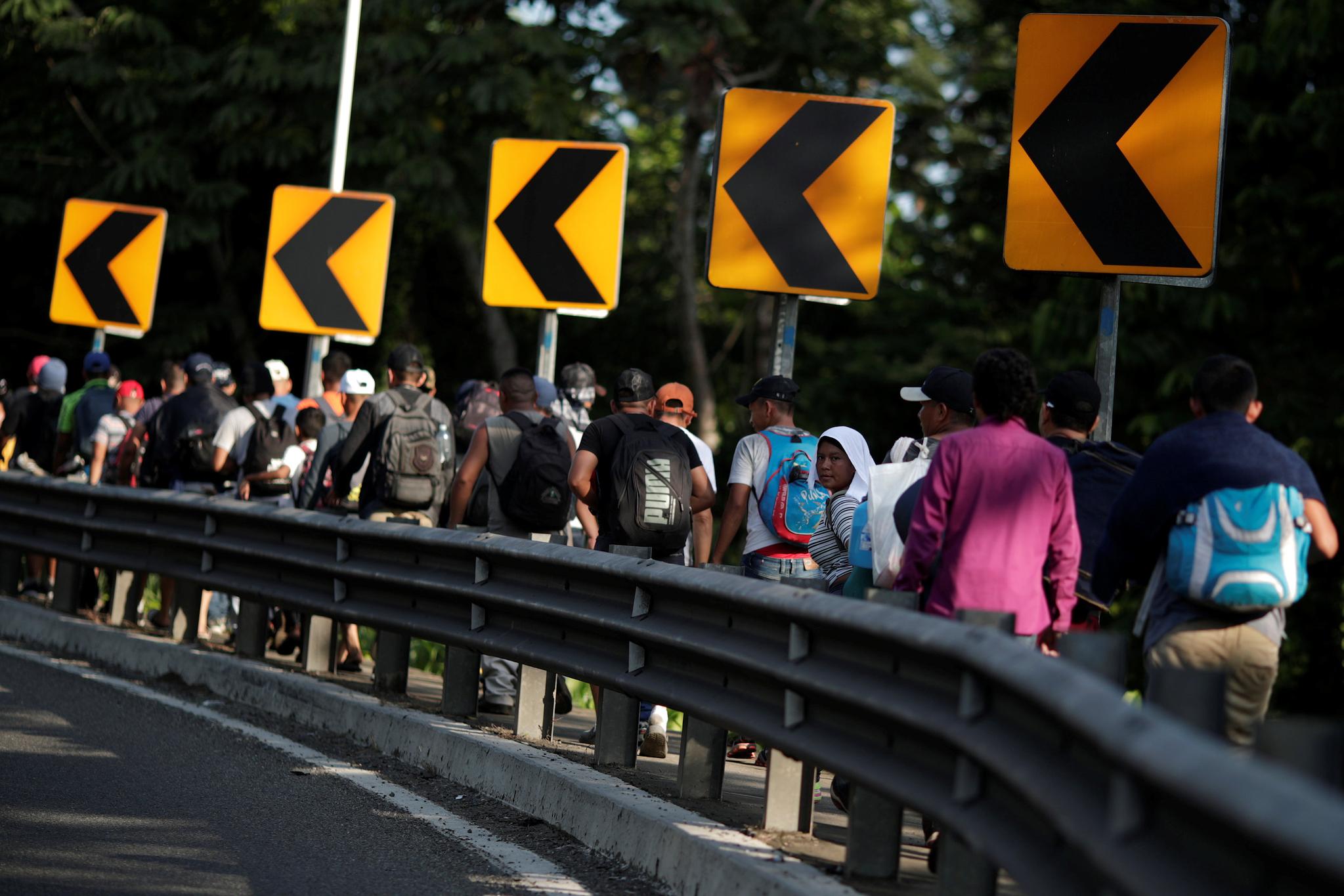이민자들이 4일(현지시간) 미국으로 가기위해 멕시코 메타파와 타파큘라를 연결하는 도로를 따라 걷고 있다. [로이터=연합뉴스]