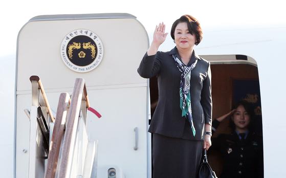 인도 순방을 떠나는 김정숙 여사가 4일 성남 서울공항에서 공군 2호기에 올라 인사하고 있다. 현직 대통령 부인의 단독 해외순방은 2002년 이희호 여사의 미국 방문에 이어 16년 만이다. [뉴스1]