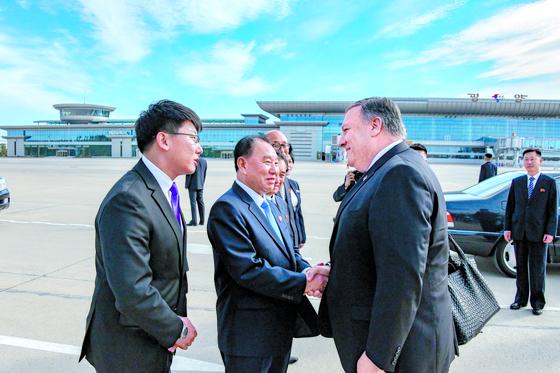 지난 10월 평양을 방문한 마이크 폼페이오 미국 국무장관이 순안 공항에 마중 나온 김영철 북한 노동당 부위원장과 만나 악수하고 있다. [미 국무부]
