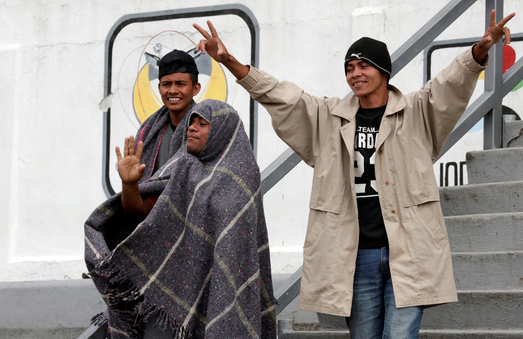온두라스에서 온 이민자가 4일(현지시간) 멕시코 시티 헤수스 마르티네스 스타디움 임시보호소에 도착해 기뻐하고 있다. [로이터=연합뉴스]