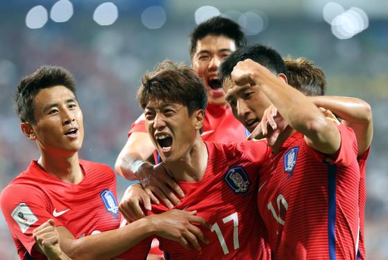 러시아 월드컵 아시아 최종예선 1차전 중국전에서 이청용이 두번째 골을 넣고 환호하고 있다. [중앙포토]