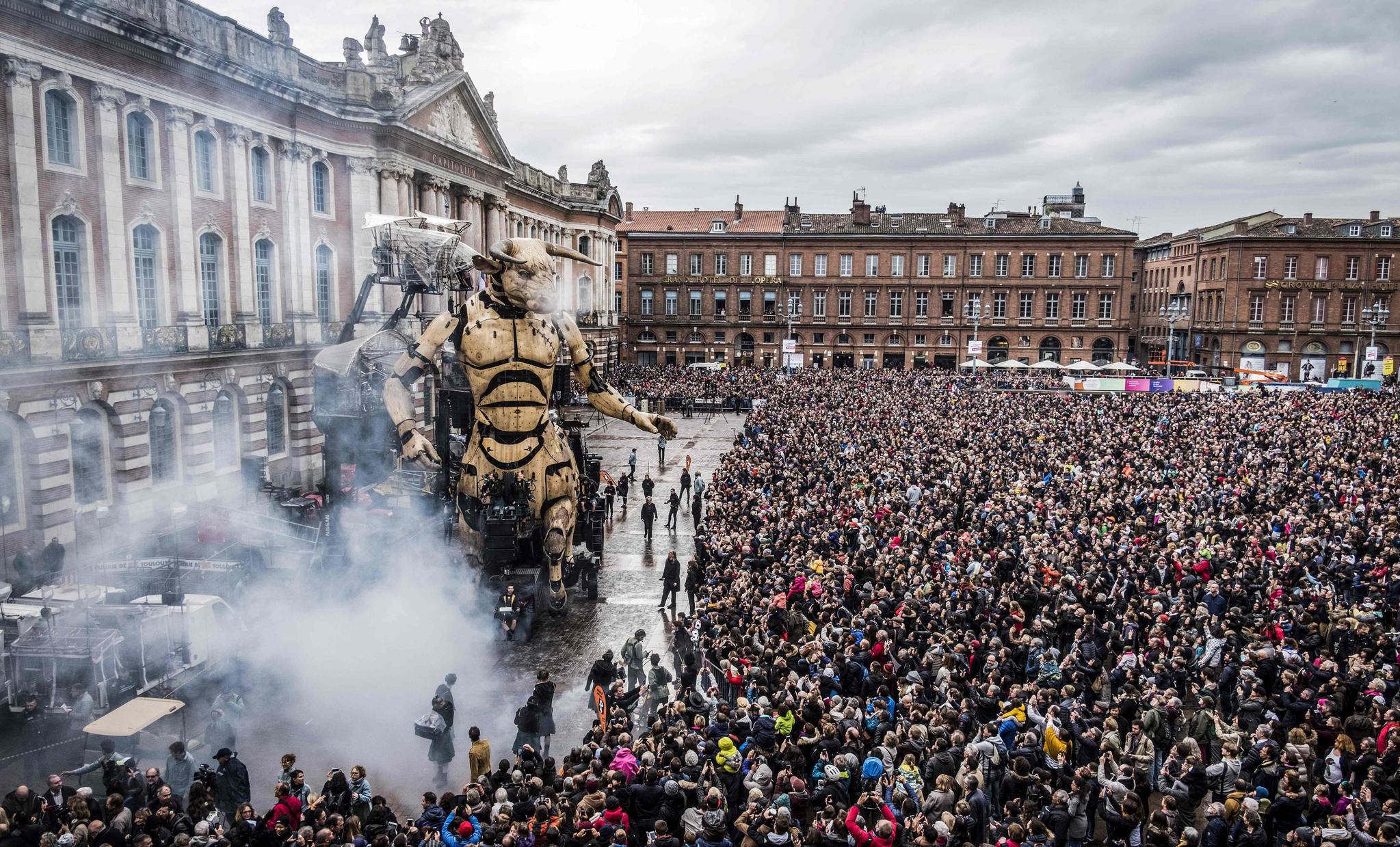 지난 2일(현지시간) 프랑스 툴루즈에서 'Le Gardien du Temple(성전의 수호자)'라는 제목의 거리 공연이 펼쳐지고 있다. [AFP=연합뉴스]