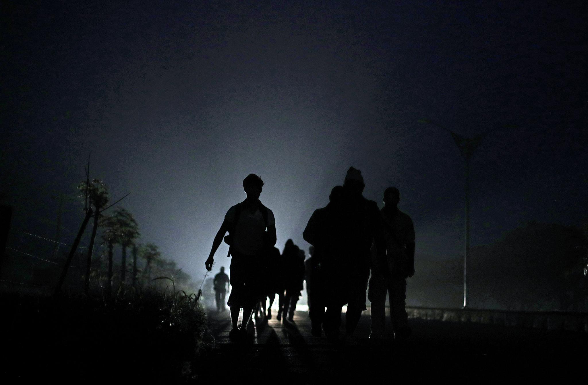 이민자들이 4일(현지시간) 미국으로 가기위해 멕시코 코르도바 도로를 따라 걷고 있다.[로이터=연합뉴스]
