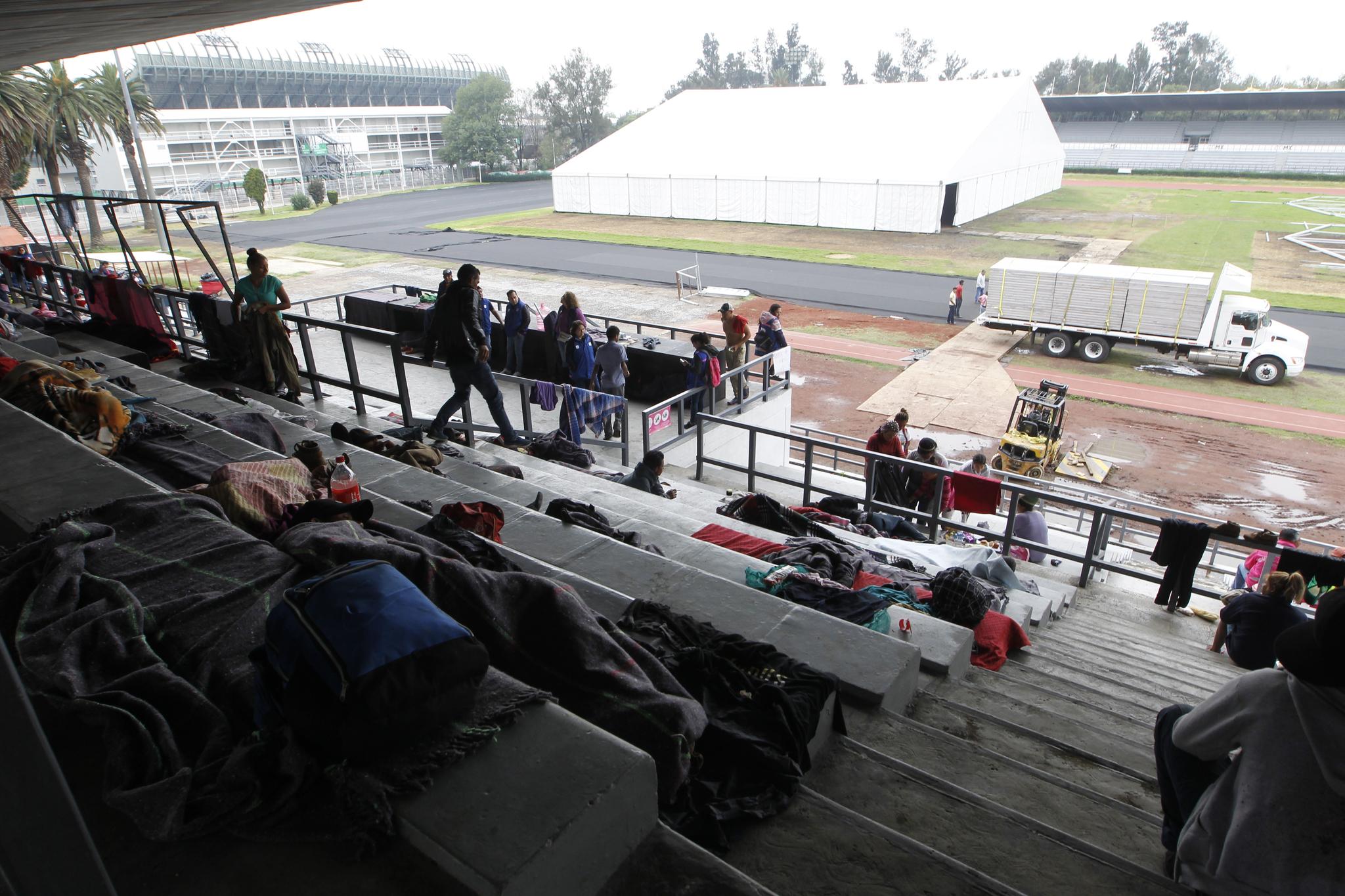 4일(현지시간) 멕시코 시티 헤수스 마르티네스 스타디움에 마련된 임시 보호소 모습. [EPA=연합뉴스]