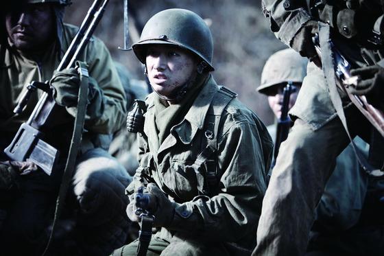 영화 '고지전' 스틸컷. 전쟁 영화에는 다친 병사들이 많이 나온다. 나는 그런 장면을 볼 때면 다친 병사들이 내 앞에 있다면 살릴 수 있을까 하는 상상을 자주 한다. [중앙포토]