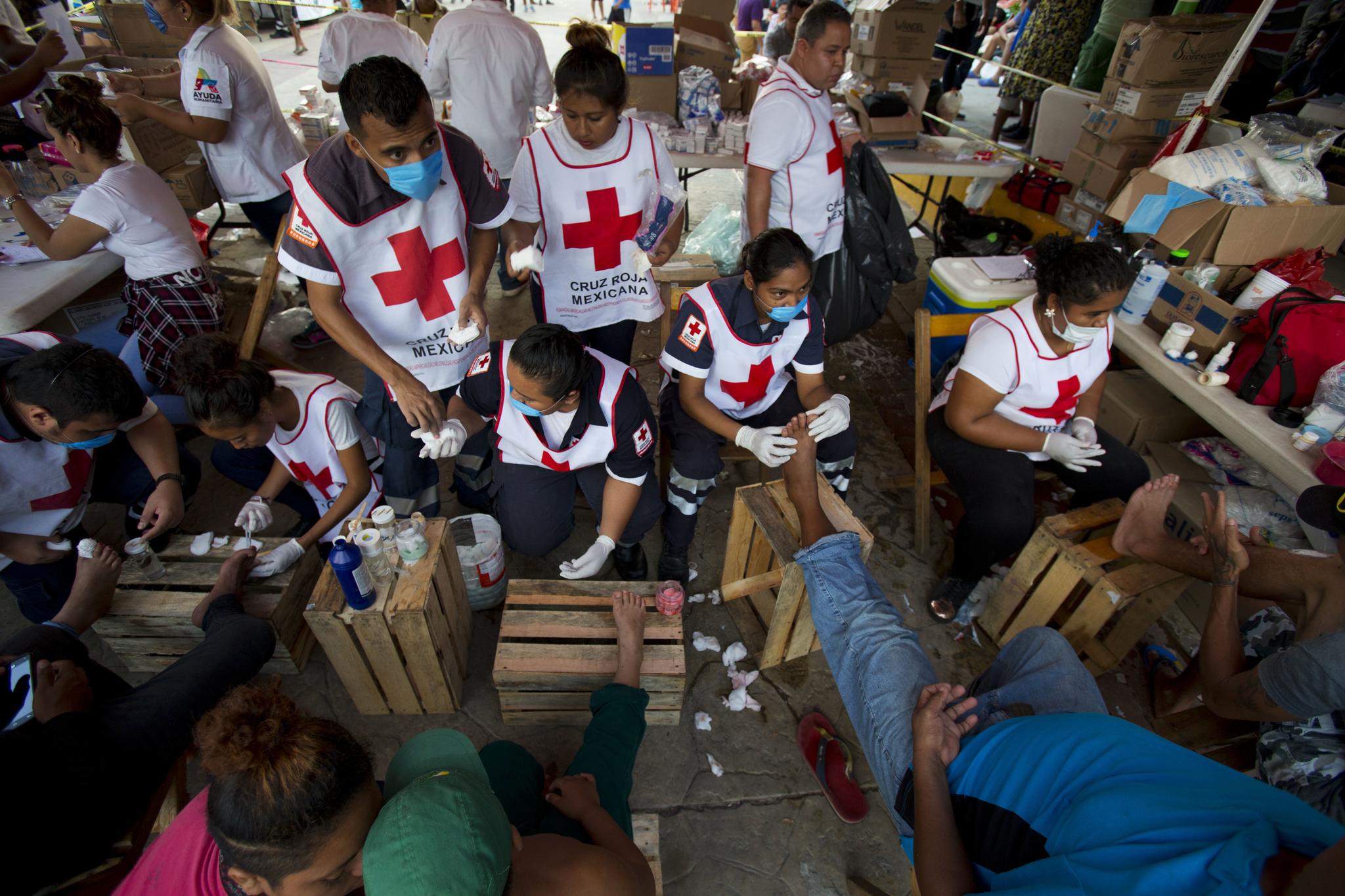 멕시코 적십자 자원봉사자들이 지난달 26일(현지시간) 멕시코 아리아가에서 이민자 환자들을 치료하고 있다. [AP=연합뉴스]