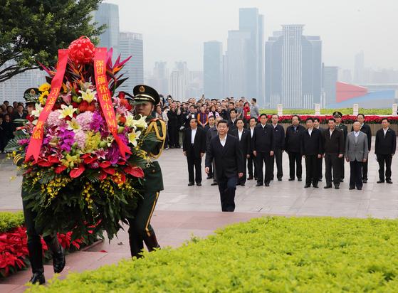 2012년 '개혁개방 1번지' 선전을 방문해 덩샤오핑의 동상에 헌화하는 시진핑 주석. [중앙포토]