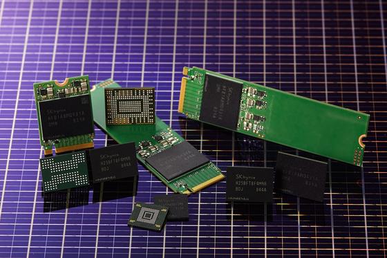 SK하이닉스가 개발한 96단 512Gbit 4D 낸드플래시와 솔루션 제품들. [사진 SK하이닉스]