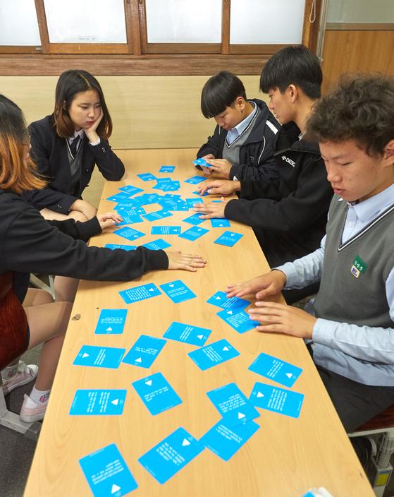 (왼쪽 아래부터 시계 방향으로) 김나현·김리아·정동수·이재현·김성준학생이 사람을 연결하는 문제를 해결한 기업에 대해 이야기 중이다.