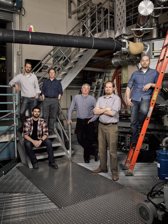 미국 매사추세츠 공대(MIT)의 플라스마 물리학 교실 연구진이 최근 도입한 첨단 핵융합 장치인 SPARC 앞에 모여 있다. 1966년 정근모 박사가 활동했던 바로 그 실험실이 50년이 지난 지금도 혁신을 거듭하며 계속 가동 중이다. [로이터=연합뉴스]