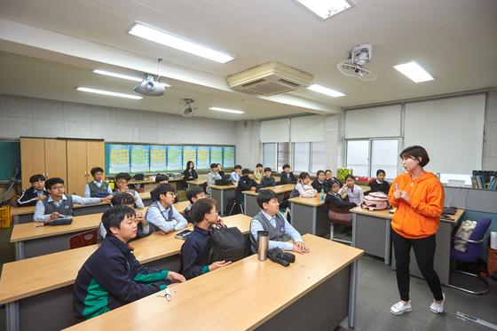 올해 앙트십 스쿨은 네이버가 후원하고 한국청년기업가정신재단의 주최로 오이씨랩이 국내 학교 50곳에서 진행하고 있다. 소년중앙은 그중 서울 아주중학교 현장을 찾았다.