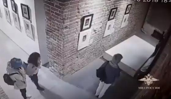 러시아의 한 미술 전시장에서 한 관람객이 셀카를 찍다 전시된 고야와 달리의 작품을 훼손하는 사고가 발생했다. [사진 러시아 내무부 공식 트위터 갈무리]