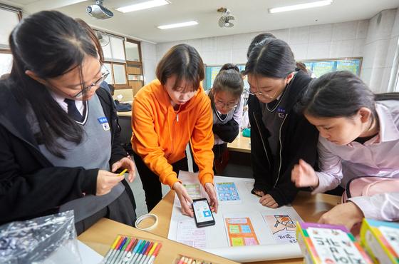 박지아 앙꼬쌤이 '대한민국 학생 모두 1등 되는 그날까지' 앱을 즉석에서 실제 어플리케이션 서비스로 구현해보고 있다.
