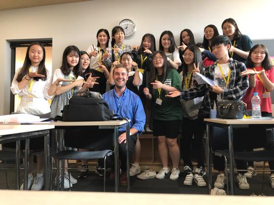 세인트클레어에서 2주 동안 같은 반이었던 대구외고 친구들과 담임 선생님. 가운데 초록색 티셔츠를 입은 사람이 임성은 학생기자다.