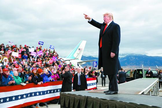 도널드 트럼프 미국 대통령이 3일(현지시간) 몬태나주 벨그라드의 보즈먼 옐로스톤 국제공항에서 중간선거 지원 유세를 하고 있다. [AP=연합뉴스]