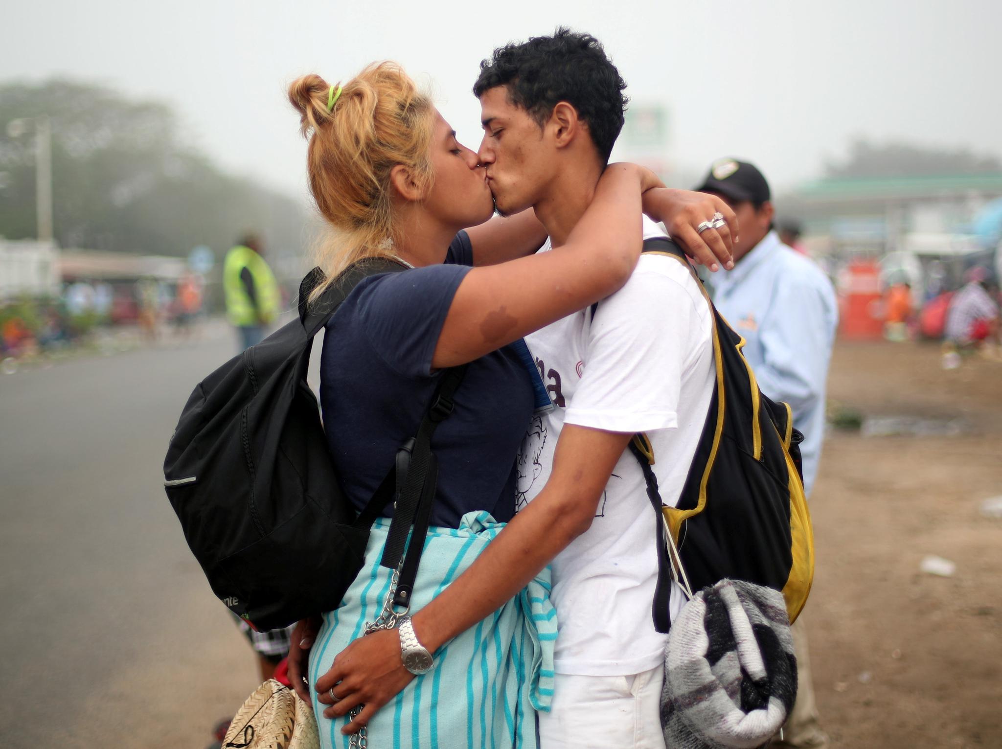 온두라스에서 온 이민자 연인이 4일(현지시간) 멕시코 이스라에 도착해 입맞춤하고 있다. [로이터=연합뉴스]