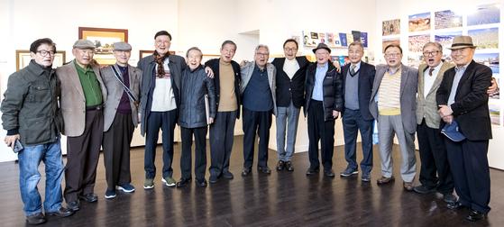 서울상대 58회 입학60주년 기념전시회가 서울 인사동 갤러리 미술세계에서 열렸다. 회원들이 기념사진을 촬영하고 있다.