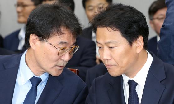 임종석 대통령 비서실장(오른쪽)과 장하성 정책실장 [사진 연합뉴스]