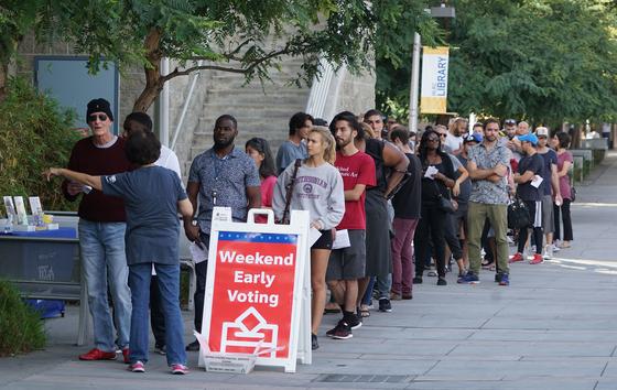 지난 4일 미국 캘리포니아주에서 사전투표를 하기 위해 사람들이 줄을 서 차례를 기다리고 있다. [EPA=연합뉴스]