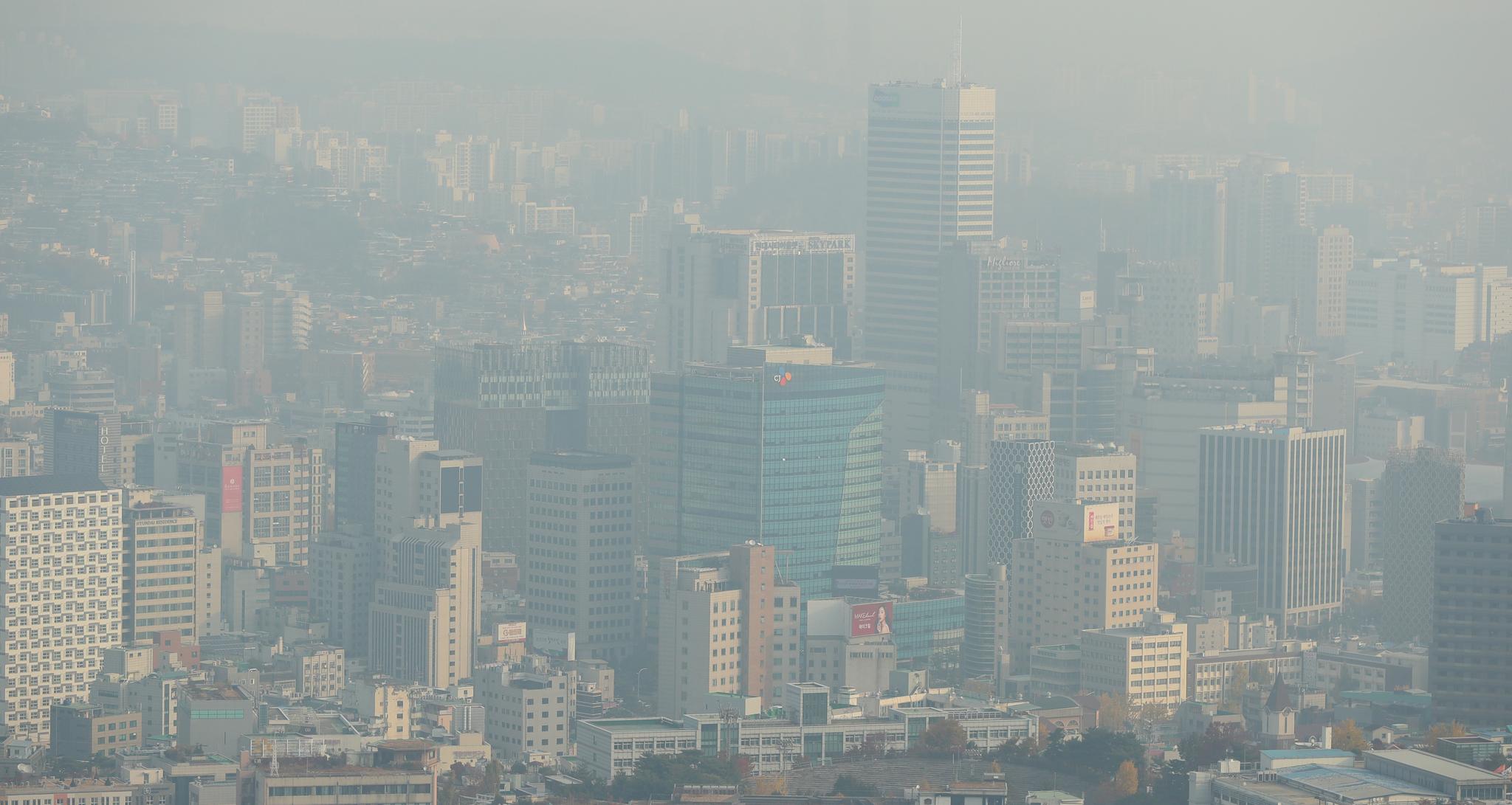 전국 대부분의 지역에서 미세먼지와 초미세먼지가 기승을 부린 6일 오전 서울 남산에서 바라본 도심이 미세먼지와 초미세먼지에 싸여 있다. [연합뉴스]