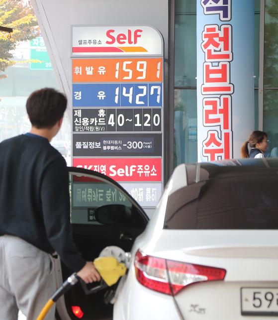 6일 0시부터 유류세가 15% 인하됐다. 이에 따라 시내 주유소의 휘발유, 경유 가격이 전날보다 낮아졌다. 사진은 6일 오후 서울 양평동의 한 주유소 모습. 최승식 기자