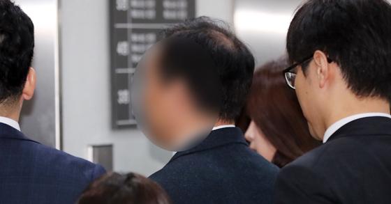 쌍둥이 딸에게 시험문제와 답안을 유출한 혐의를 받고 있는 숙명여고 전 교무부장 A씨(가운데)가 6일 오전 서울중앙지법에서 열린 영장실질심사에 출석하며 취재진의 질문을 받고 있다. 김경록 기자