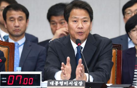 임종석 대통령비서실장이 6일 국회에서 열린 국회 운영위원회의 청와대에 대한 국정감사에서 의원들 질의에 답하고 있다. 임현동 기자