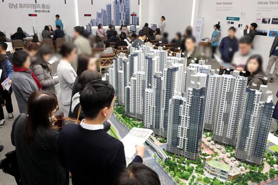 지난달 31일 서울 송파구 래미안갤러리에 개관한 '래미안 리더스원' 견본주택을 찾은 방문객들이 단지 모형을 살피고 있다.
