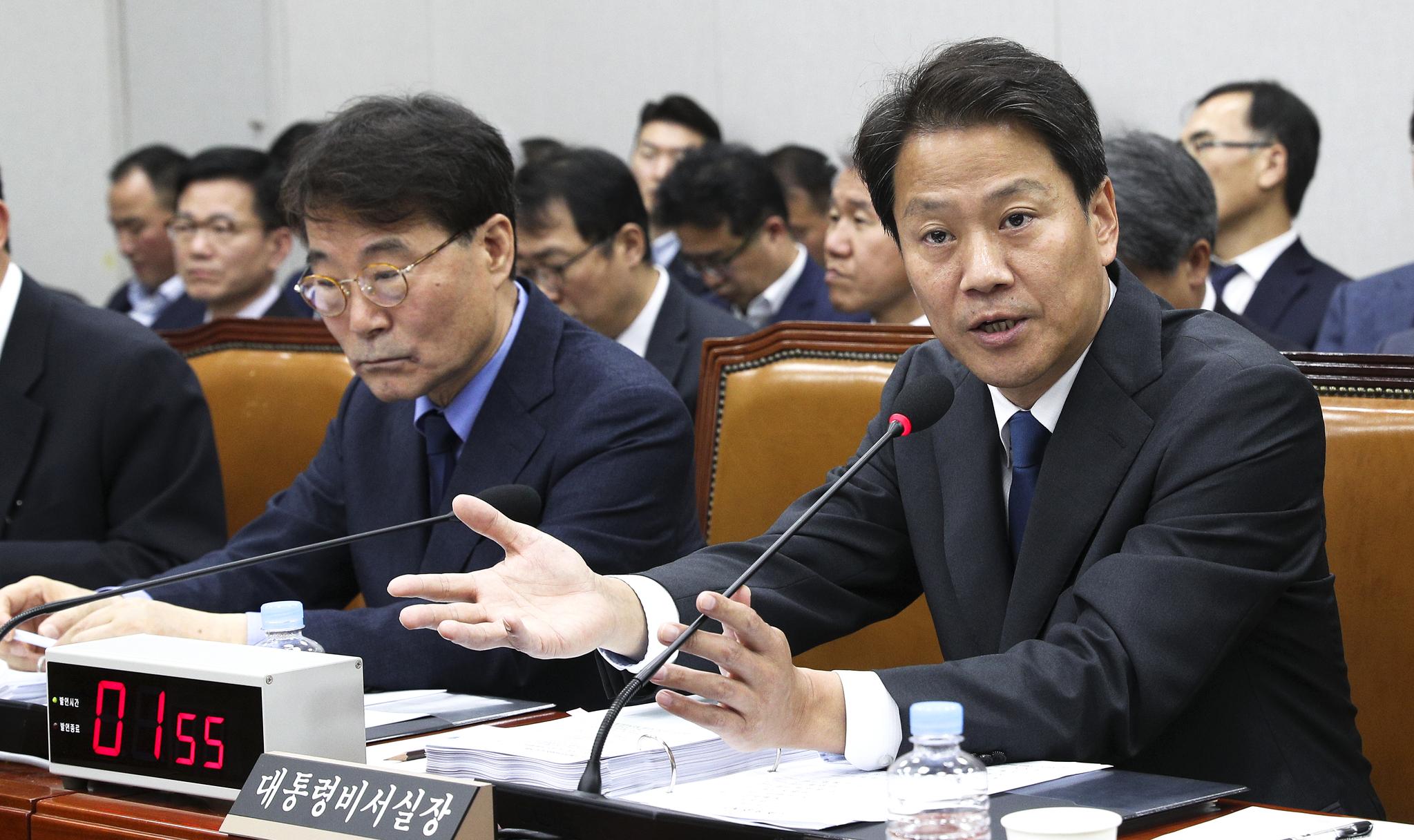 임종석 청와대 비서실장이 6일 국회에서 열린 국회 운영위원회의 청와대에 대한 국정감사에서 무소속 손금주 의원의 질의에 답하고 있다. 임현동 기자