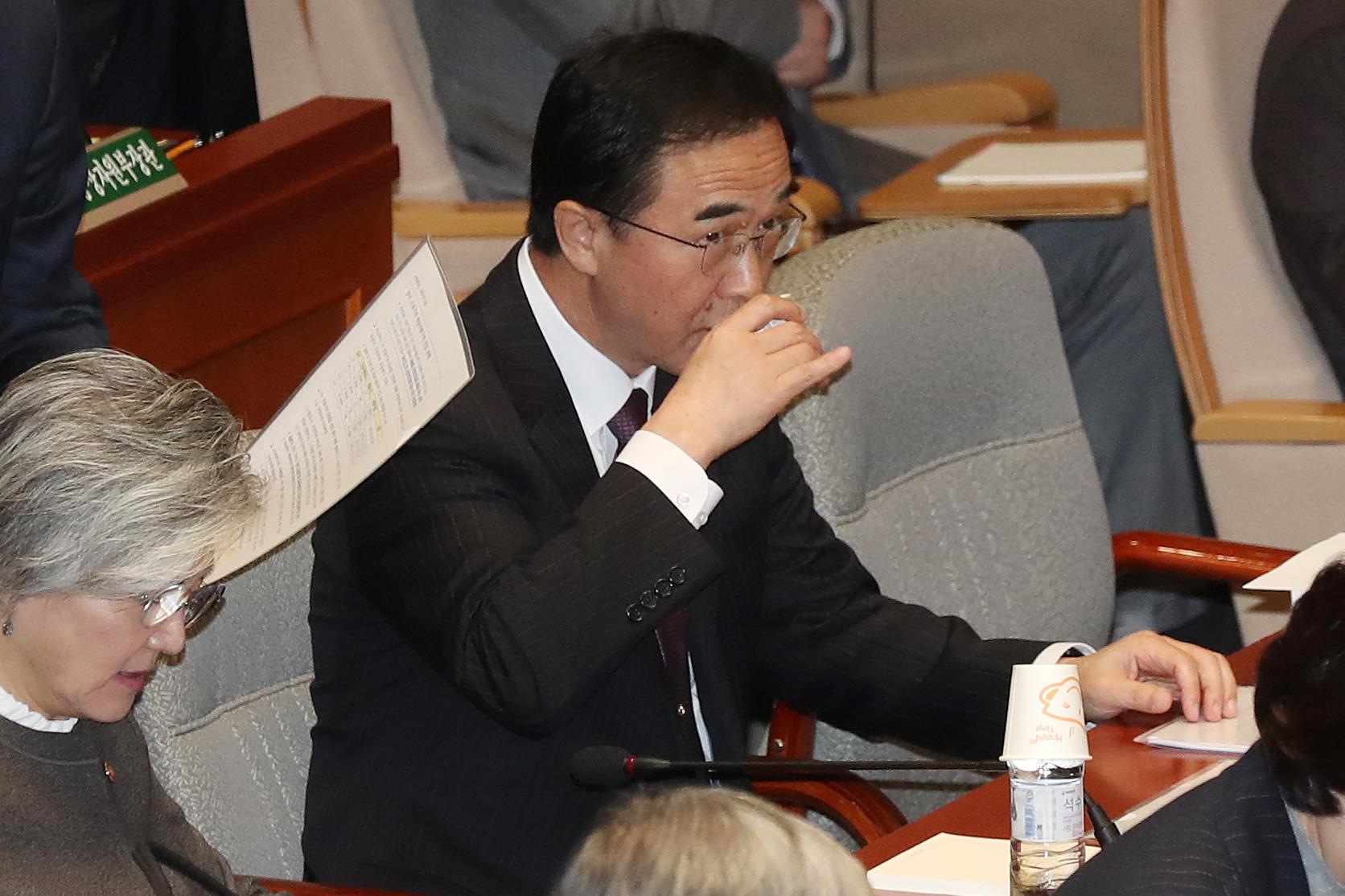 조명균 통일부 장관이 6일 서울 영등포구 여의도 국회에서 열린 국회 예산결산특별위원회 전체회의에서 물을 마시고 있다. [뉴스1]