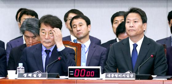 임종석 대통령 비서실장(오른쪽)과 장하성 정책실장이 6일 국회에서 열린 국회 운영위원회의 청와대에 대한 국정감사에서 의원들 질의를 듣고 있다. 임현동 기자