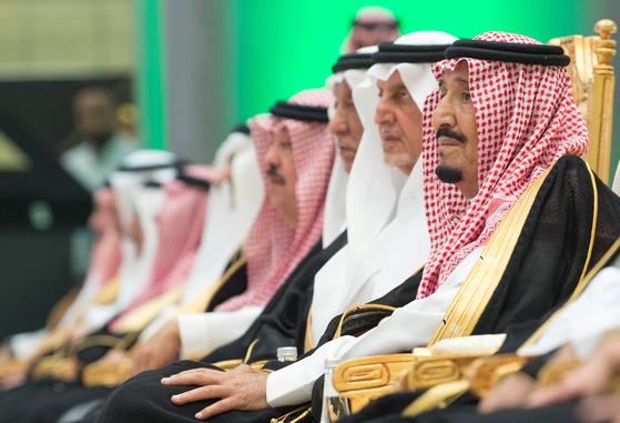 살만 국왕(오른쪽)을 비롯한 사우디 왕가 왕자들이 9월 25일 이슬람 성지 메카와 홍해 항구 제다를 잇는 철도 기공식에 참석하고 있다. [로이터=연합뉴스]