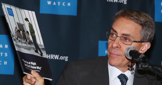 케네스 로스 휴먼라이츠워치(HRW) 사무총장이 지난 1일 오전 서울 중구 프레스센터에서 열린 기자회견에서 북한의 성폭력 실상을 담은 보고서를 들고 있다. [연합뉴스]