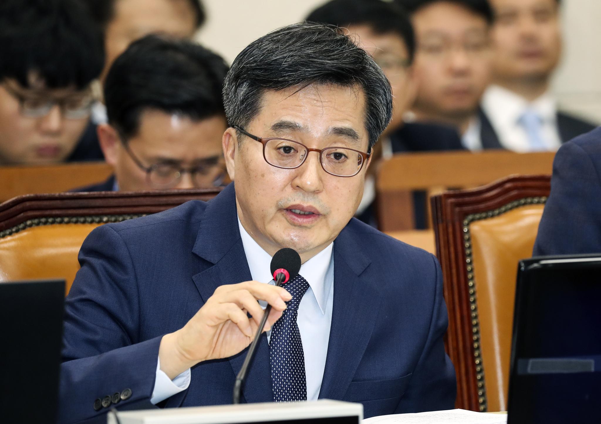 김동연 부총리 겸 기획재정부 장관이 5일 국회 기획재정위 전체회의에서 의원들의 질의에 답하고 있다. 임현동 기자