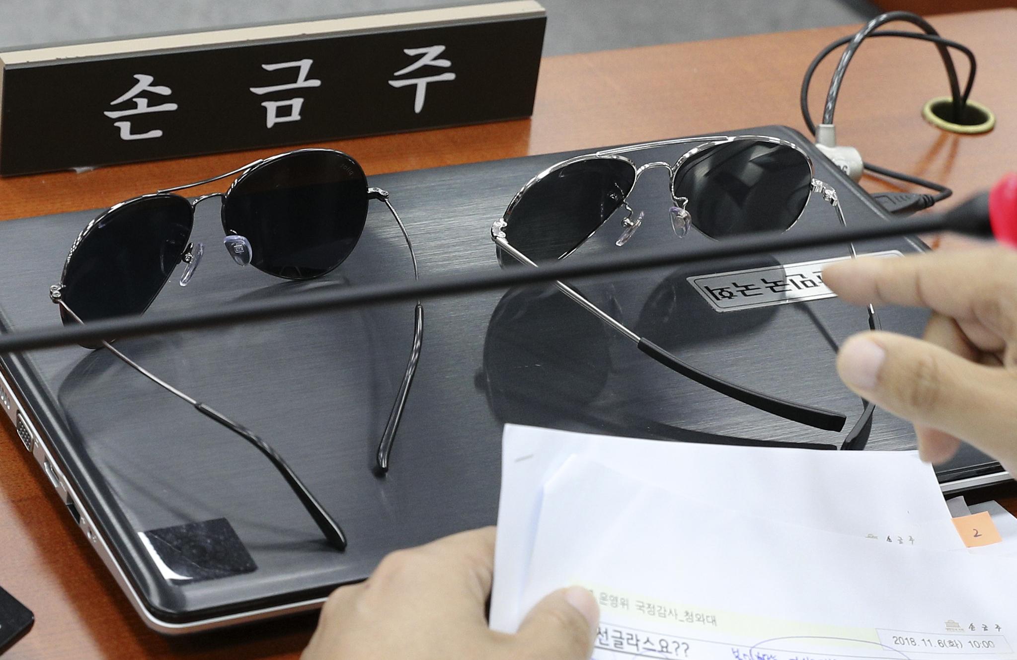 무소속 손금주 의원이 6일 국회에서 열린 국회 운영위원회의 청와대에 대한 국정감사에서 임종석 청와대 비서실장이 비무장지대 방문 때 사용했던 것과 비슷한 선글라스를 가져와 질의를 하고 있다. 임현동 기자