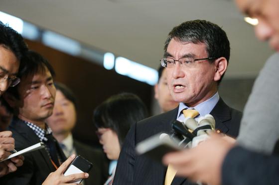 일본의 고노 다로 외상이 지난달 30일 이수훈 주일한국대사를 외무성으로 초치해 항의한 뒤 관련 내용을 기자들에게 설명하고 있다. [사진=지지통신 제공]