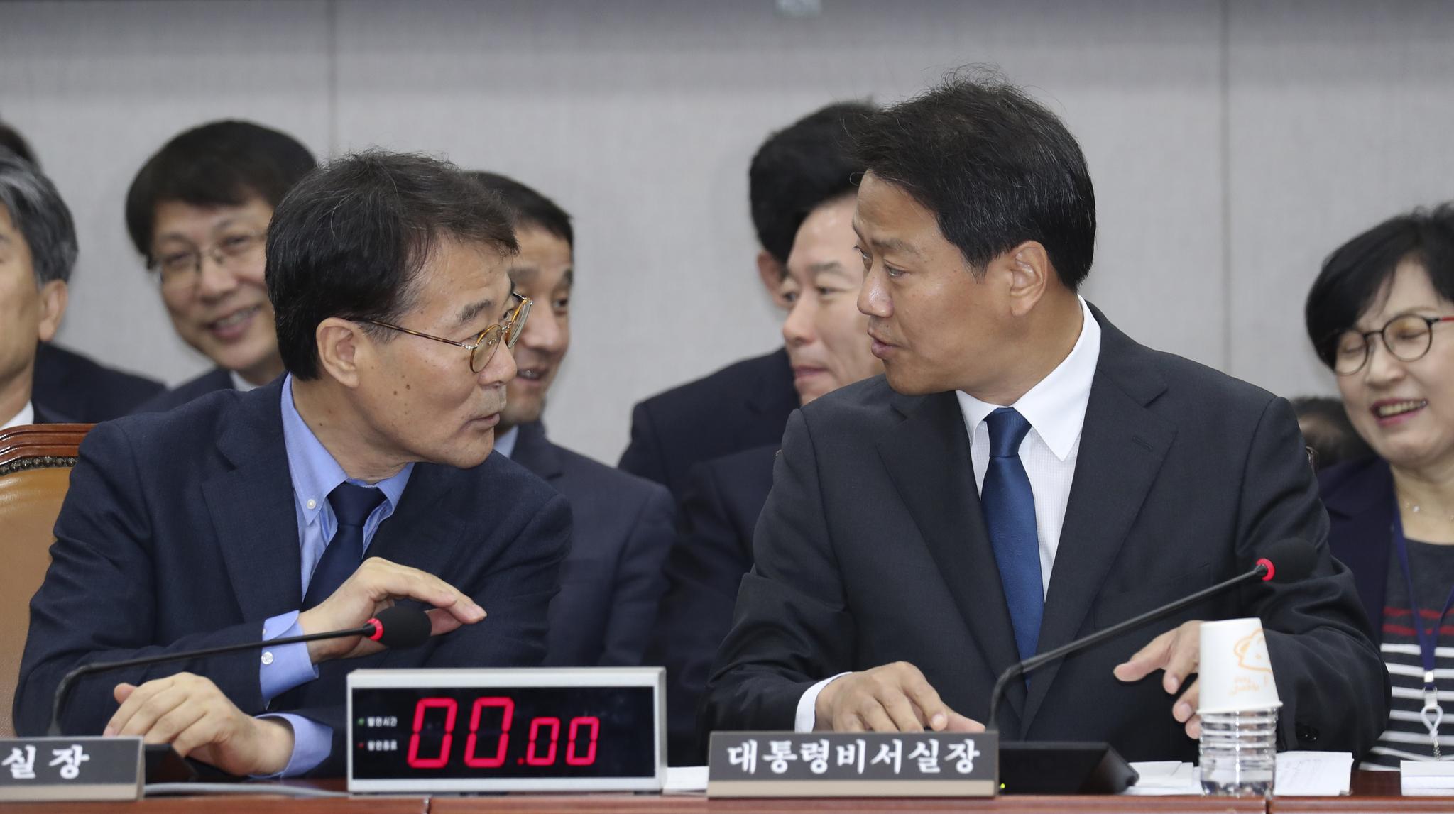 임종석 청와대 비서실장(오른쪽)과 장하성 정책실장이 6일 국회에서 열린 국회 운영위원회의 청와대에 대한 국정감사에서 대화하고 있다. 임현동 기자