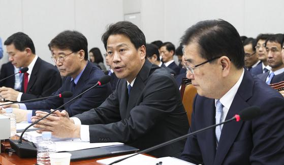 임종석 청와대 비서실장(오른쪽 두번째)이 6일 국회에서 열린 국회 운영위원회의 국정감사에서 의원들의 질의에 답하고 있다. 임현동 기자